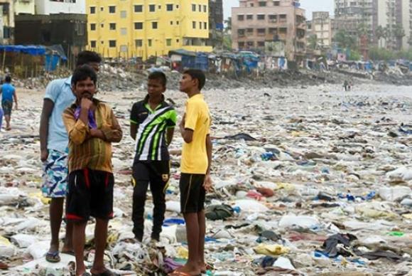 A poluição por plásticos é muito grande em locais como esta praia em Mumbai